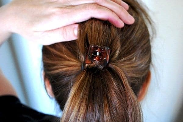how to tie a voluminous ponytail for limp, flat hair using a hair clip