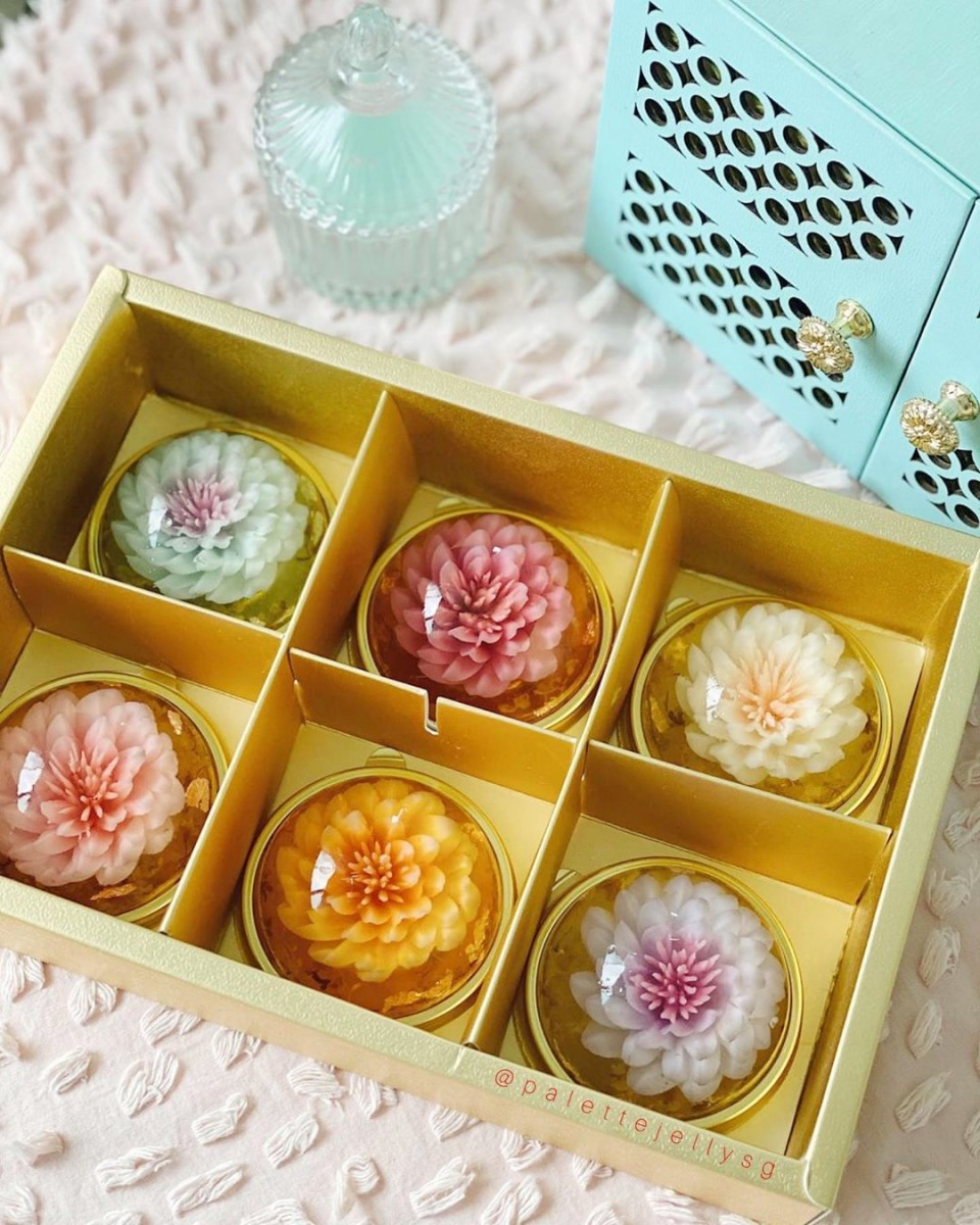 Floral jelly mooncakes in gold box