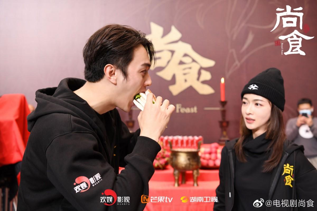 Xu Kai eating a burger
