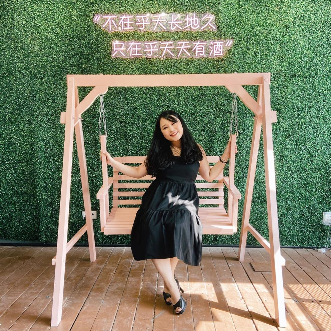 pink swing and green wall at hotchic2 cafe